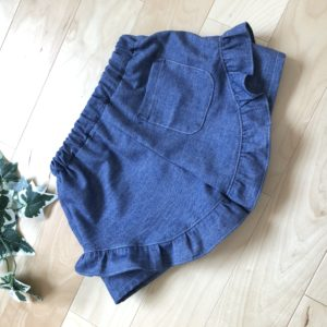 enannaの90~130センチサイズの子ども服よりフリルショートパンツの後ろ