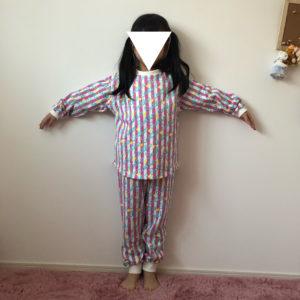 肩落ちラウンドプルオーバーのパジャマの着画