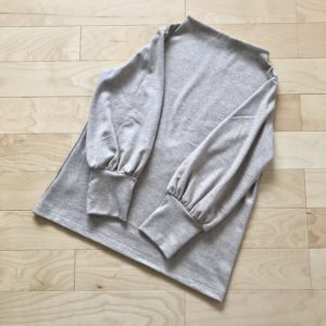 伊藤みちよ「今日の大人服」からボリューム袖のカットソー、ベージュ