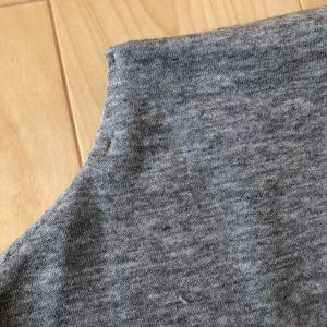 ボリュウーム袖のカットソーの襟元